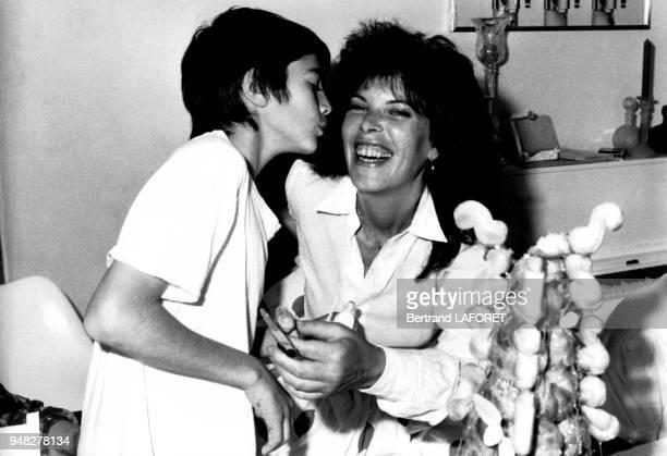 La chanteuse Dani et son plus jeune fils Julien âgé de 12 ans le 7 juin 1982 Villedieu France