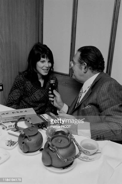 La chanteuse Dani interviewée par Léon Zitrone à Paris le 23 mars 1973 France
