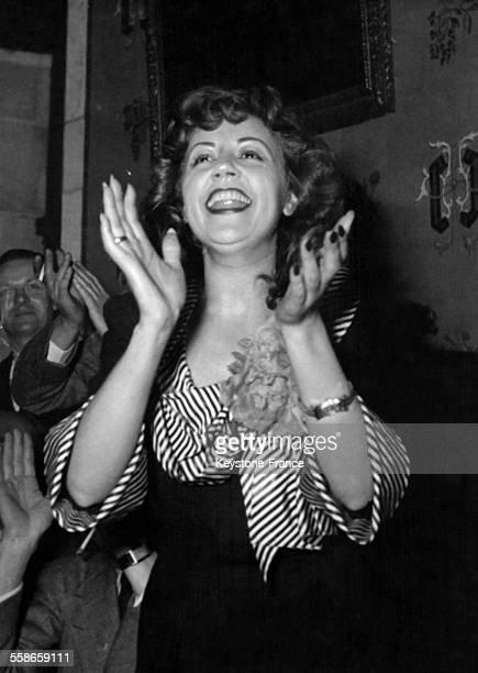 La chanteuse de cabaret et actrice Suzy Delair applaudissant au cours d'un gala le 21 août 1948 à Paris France