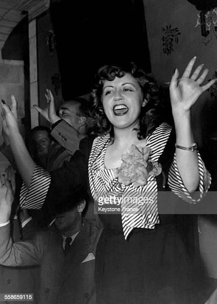 La chanteuse de cabaret et actrice Suzy Delair dansant et applaudissant au cours d'un gala le 21 août 1948 à Paris France