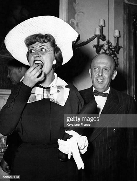 La chanteuse de cabaret et actrice Suzy Delair déguste un gâteau lors d une réception suite au prix obtenu à Venise pour son interprétation dans...