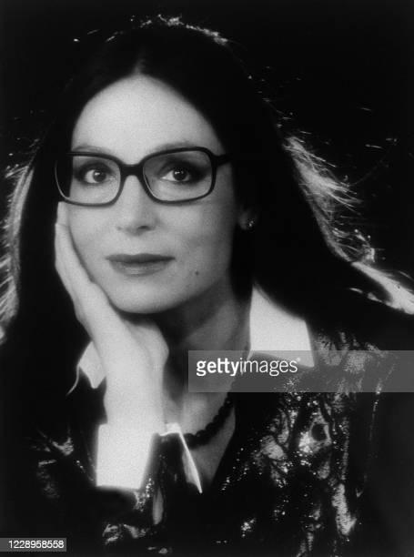 La chanteuse de nationalité grecque Nana Mouskouri est photographiée le 11 mars 1984 à Paris. Nana Mouscouri se produira au Palais des Congrès à...