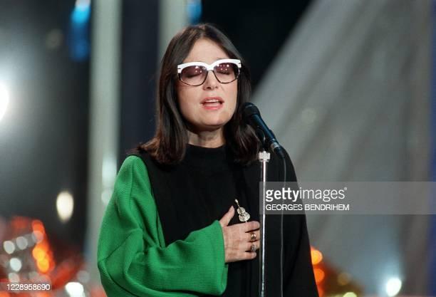 La chanteuse de nationalité grecque Nana Mouskouri est photographiée le 16 décembre 1988 aux studios Gabriel à Paris, lors de l'enregistrement de...