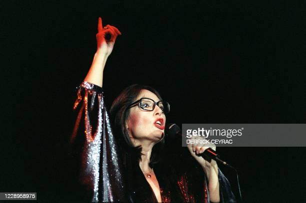 La chanteuse de nationalité grecque Nana Mouskouri est photographiée le 13 novembre 1986 à l'Olympia à Paris, lors de son concert qu'elle a dédié à...