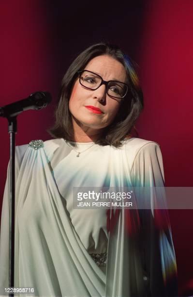 La chanteuse de nationalité grecque Nana Mouskouri est photographiée, lors de son concert, le 08 décembre 1989 au Zénith à Paris. Sa carrière...