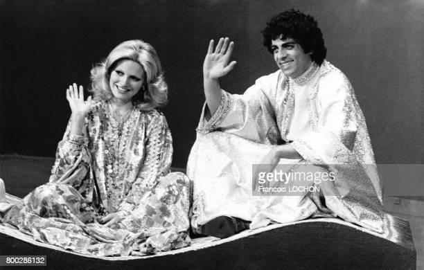 La chanteuse et comédienne turque Ajda Pekkan et Enrico Macias chantent assis sur un tapis volant lors de l'émission de télévision 'Numéro un'...