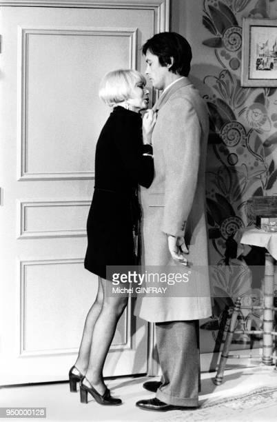 La chanteuse française Annie Cordy et l'acteur français Alain Delon dans un sketch télévisé en décembre 1977 à Paris France