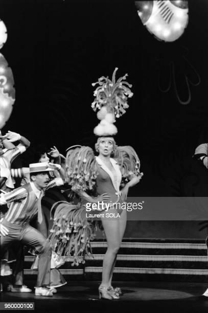 La chanteuse française Annie Cordy joue dans une comédie musicale au théâtre de la Porte Saint Martin le 9 novembre 1982 à Paris France