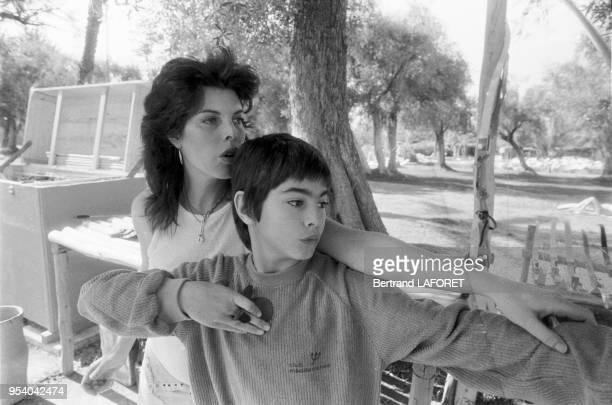 La chanteuse française Dani Auger et son fils à Marrakech en février 1982 Maroc