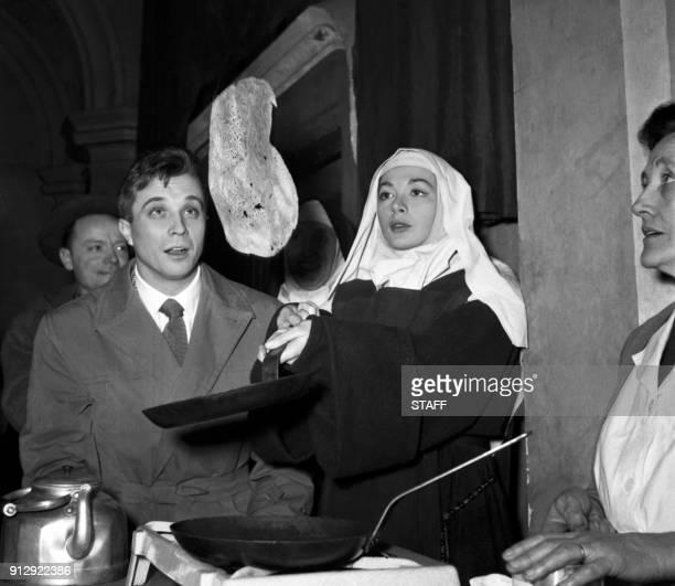 La chanteuse française Juliette Gréco qui incarne une religieuse dans le film 'Quand tu liras cette lettre' fait sauter des crêpes lors de la...