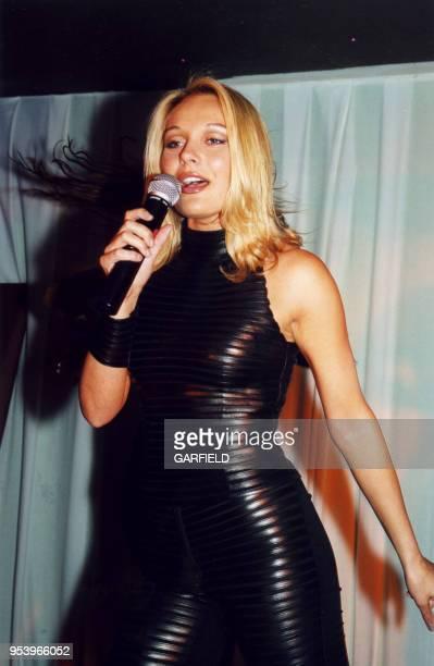 La chanteuse française Laure Sainclair lors du lancement de son 1er single à Paris le 3 mai 2000 France