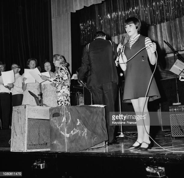 La chanteuse française Mireille Mathieu dans une émission radio le 16 juillet 1969 à Londres en GrandeBretagne