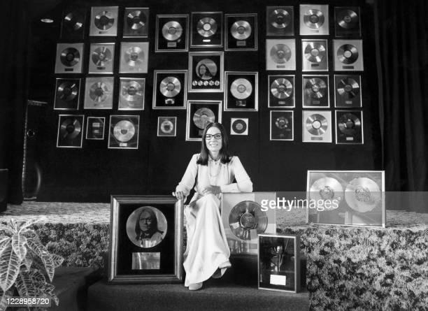 La chanteuse française Nana Mouskouri pose le 28 août 1975 à l'Alcazar d'Eté à Paris lors du Congrès Phonogram. L'artiste a reçu au cours de ce...