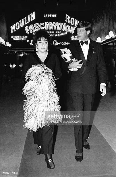 La chanteuse française Régine à l'entrée du Moulin Rouge à Paris en France