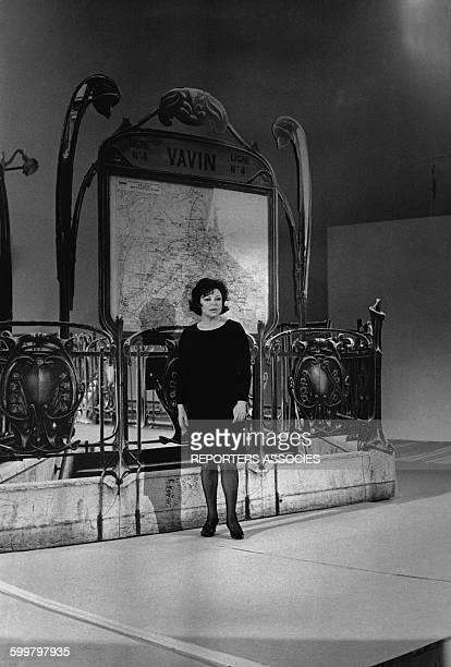 La chanteuse française Régine posant devant un décor d'une station de métro en France