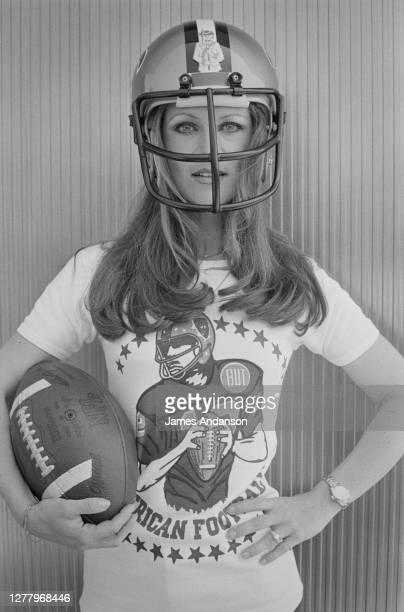 La chanteuse française Sheila, depuis son retour des U.S.A., elle est devenue la marraine du Club de Football américain de l'Université du Kansas.