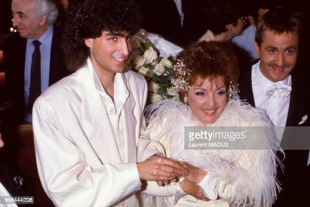 La chanteuse Gloria Lasso entourée de son mari Alexis de San Nicolas et de Bruno Carette le 17 avril 1988 en France.
