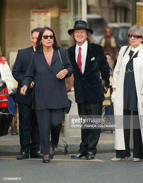 La chanteuse grecque Nana Mouskouri arrive à l'église Saint-Sulpice, le 22 septembre à Paris, accompagné par une personne non identifiée, pour...
