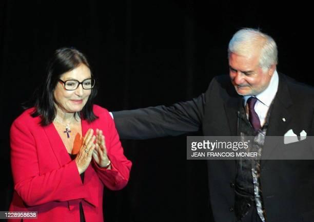 La chanteuse grecque Nana Mouskouri , au côté du comédien Jean-Claude Brialy , salue le public, le 19 juin 2004 dans la salle Coppélia à La Flèche,...