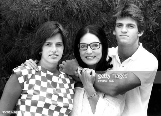 La chanteuse grecque Nana Mouskouri avec ses enfants à Athènes en juillet 1984 Grèce