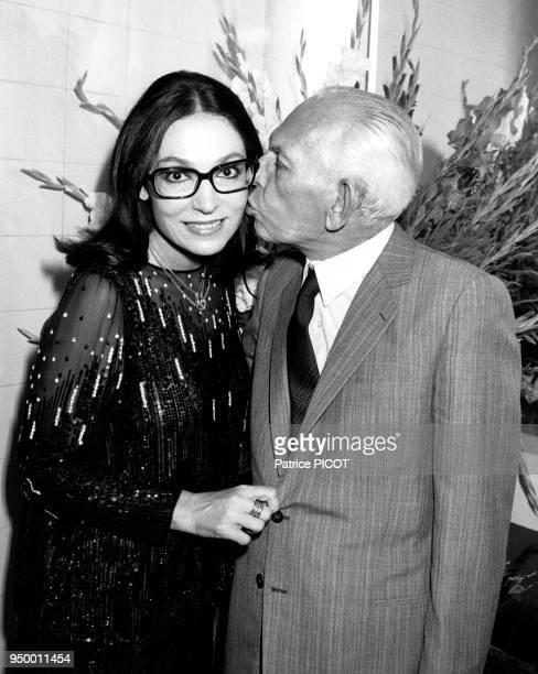 La chanteuse grecque Nana Mouskouri avec son père à Athènes en juillet 1984 Grèce