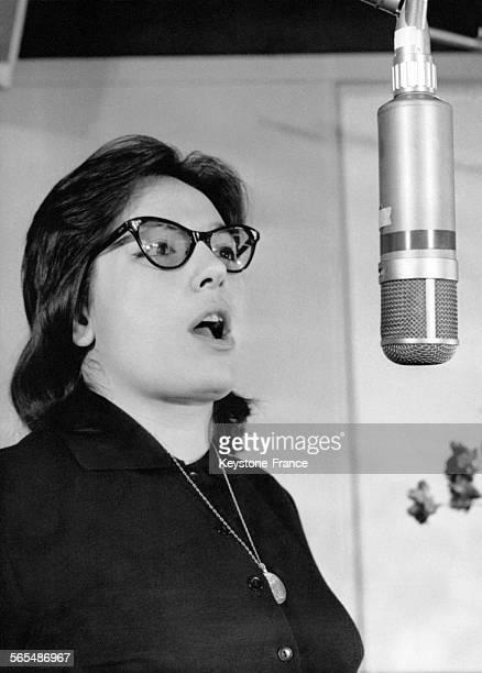 La chanteuse grecque Nana Mouskouri dans un studio d'enregistrement pour son prochain disque à Paris France le 16 février 1961