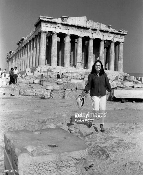 La chanteuse grecque Nana Mouskouri devant le Parthénon en juillet 1984 à Athènes Grèce