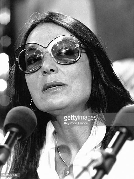La chanteuse grecque Nana Mouskouri devant les micros circa 1970