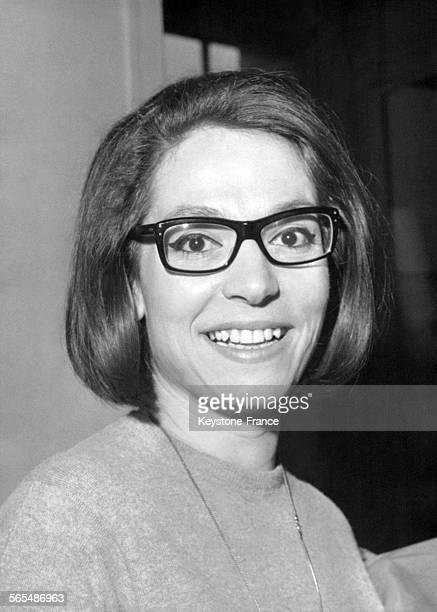 La chanteuse grecque Nana Mouskouri le 4 mars 1964 en France