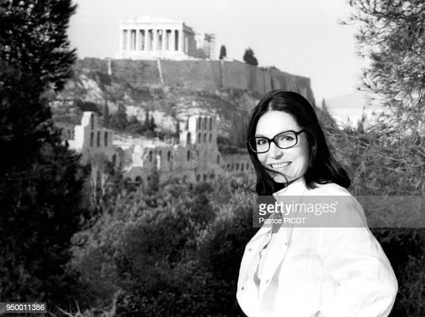 La chanteuse grecque Nana Mouskouri posant devant l'Acropole d'Athènes en juillet 1984 Grèce