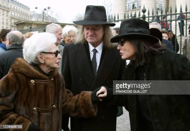 La chanteuse grecque Nana Mouskouri salue Paulette Coquatrix, codirigeante de la salle de spectacles, l'Olympia, devant l'église de la Madeleine à...
