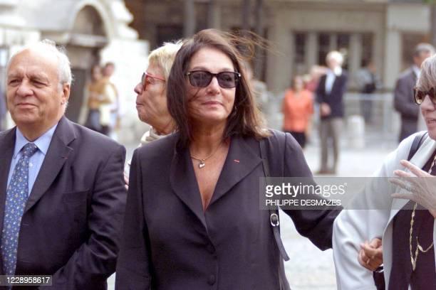 La chanteuse greque Nana Mouskouri arrive à l'église Saint-Sulpice, le 22 septembre à Paris, pour assister aux obsèques du producteur de variétés...