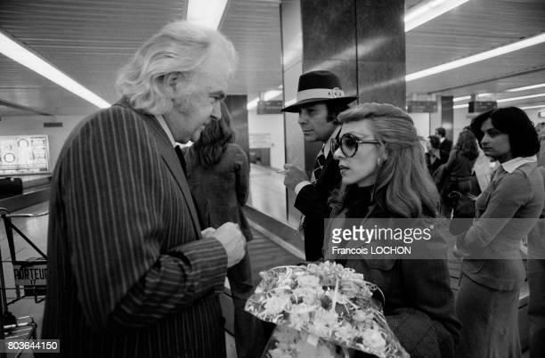 La chanteuse libanaise Fairuz avec Johnny Stark à son arrivée à l'aéroport de Orly le 19 mai 1975 en France