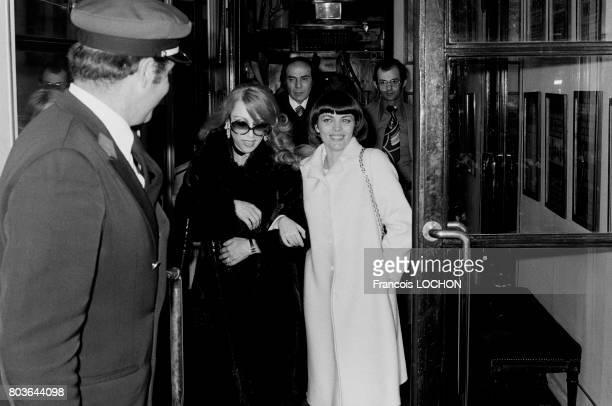 La chanteuse libanaise Fairuz et Mireille Mathieu lors d'un diner chez Maxim's à Paris le 19 mai 1975 en France