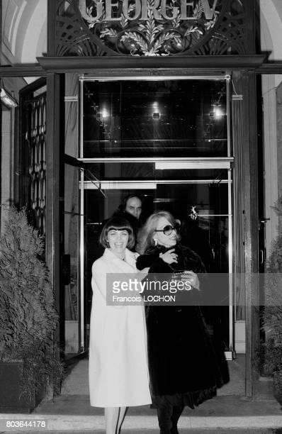 La chanteuse libanaise Fairuz et Mireille Mathieu quittent l'Hotel George V à Paris le 19 mai 1975 en France