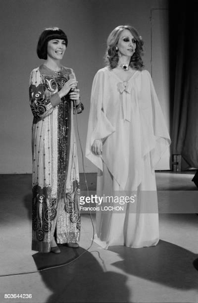 La chanteuse libanaise Fairuz lors d'un show télévisé avec Mireille Mathieu à Paris le 19 mai 1975 en France