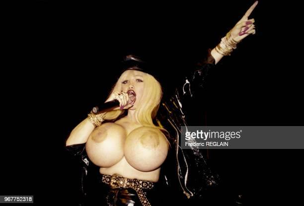 La chanteuse Lolo Ferrari exhibe sa poitrine hors norme lors d'une soirée au Palace le 14 février 1996 à Paris, France.