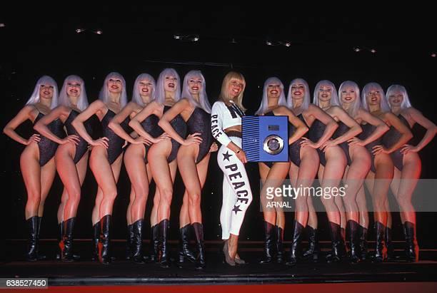 La chanteuse Lova Moor présente son disque d'argent au Crazy Horse le 10 juillet 1989 à Paris, France.