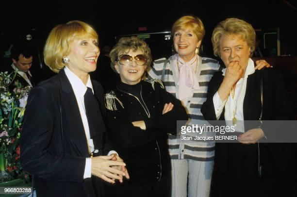 La chanteuse Mick Micheyl fête ses 10 ans de sculpture entourée d'Annie Cordy Françoise Dorin et Jacqueline Maillan le 31 janvier 1984 à Paris France