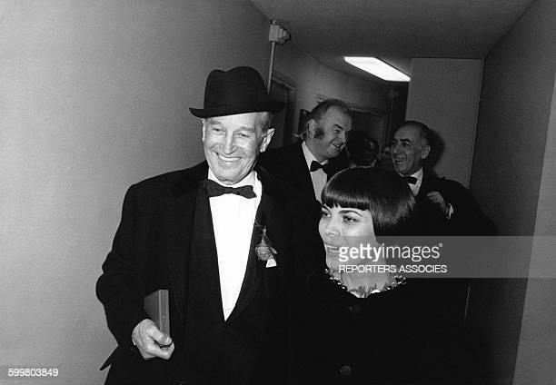 La chanteuse Mireille Mathieu a remis à Maurice Chevalier le 'Triomphe de la Carrière internationale' au cours de la seconde partie de la Nuit du...