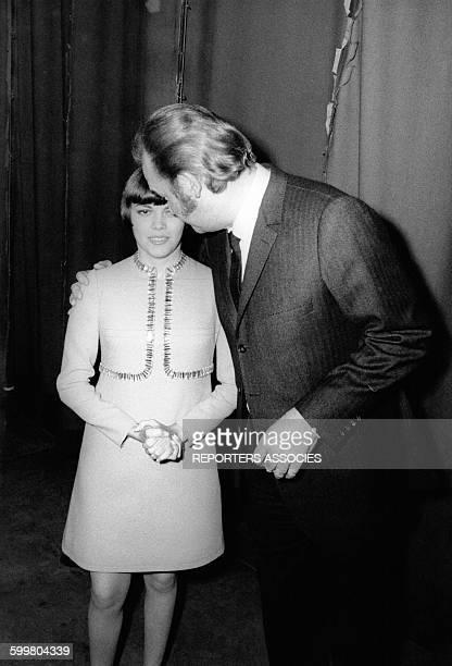La chanteuse Mireille Mathieu avec son manager Johnny Stark avant de monter sur scène circa 1960 en France