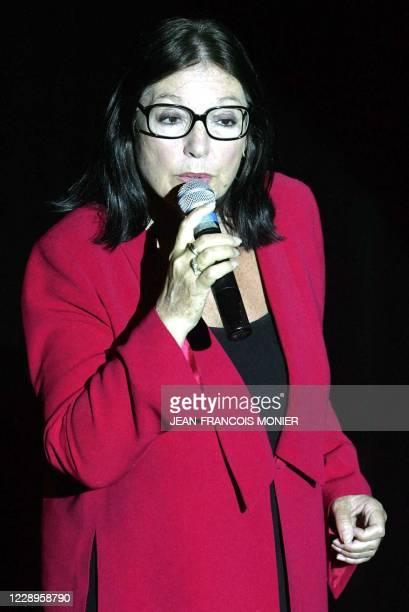 La chanteuse Nana Mouskouri chante à l'issue du spectacle du comédien Jean-Claude Brialy, le 19 juin 2004 dans la salle Coppélia de La Flèche où se...
