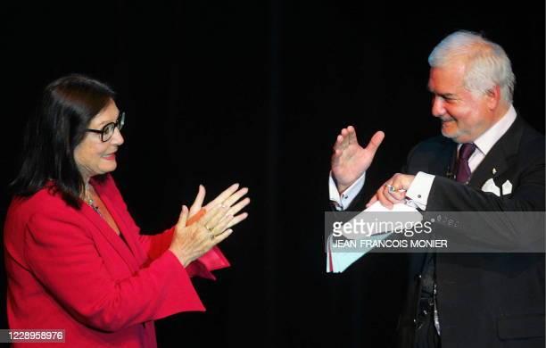 La chanteuse Nana Mouskouri félicite le comédien Jean-Claude Brialy à l'issue de son spectacle, le 19 juin 2004 dans la salle Coppélia de La Flèche...
