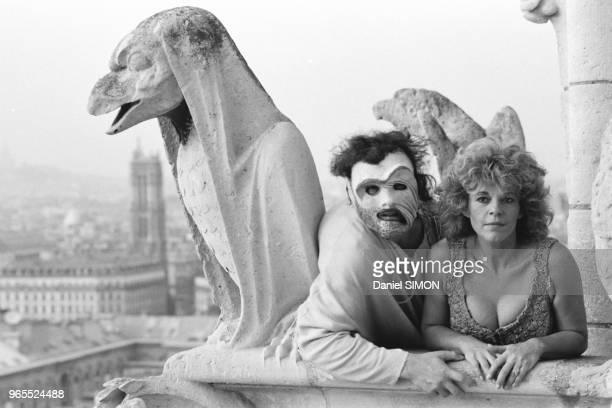 La chanteuse Nicoletta et les comédiens du spectacle 'Quasimodo' photographiés sur les tours de NotreDame de Paris le 21 septembre 1987 France