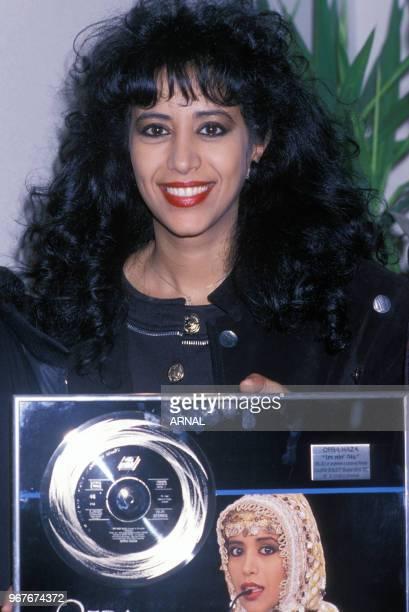 La chanteuse Ofra Haza reçoit un disque d'or le 16 septembre 1988 à Paris, France.
