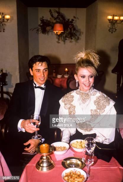 La chanteuse Olivia Newton-John et l'acteur Matt Lattanzi à Gstaad en décembre 1984, Suisse.