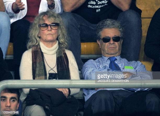 La chanteuse Petula Clark et son époux Claude Wolff , regardent le match opposant le Français Arnaud Clément au Suisse Marc Rosset, le 06 avril 2001...