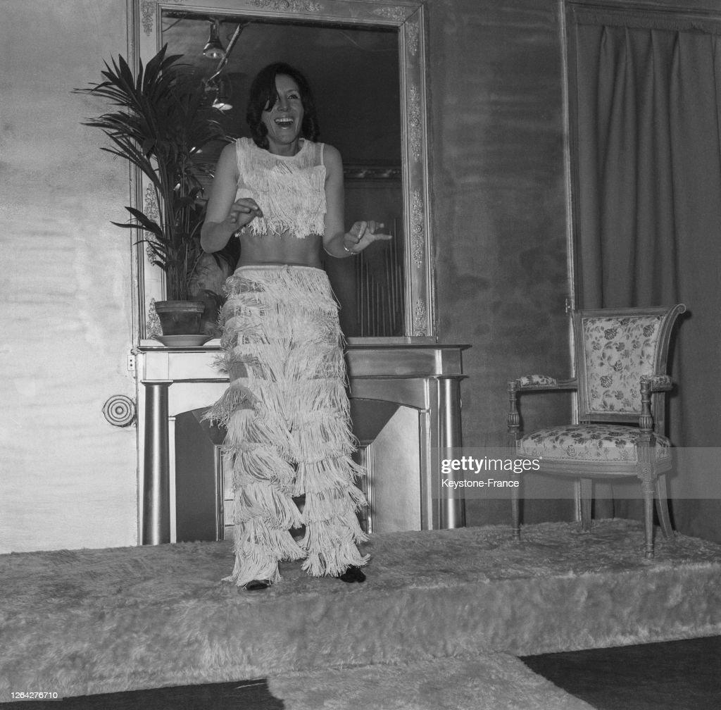 La Chanteuse Pia Colombo Essaye Une Combinaison A Franges Cree Par News Photo Getty Images