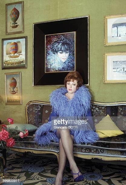 La chanteuse Régine chez elle à Paris circa 1960 en France