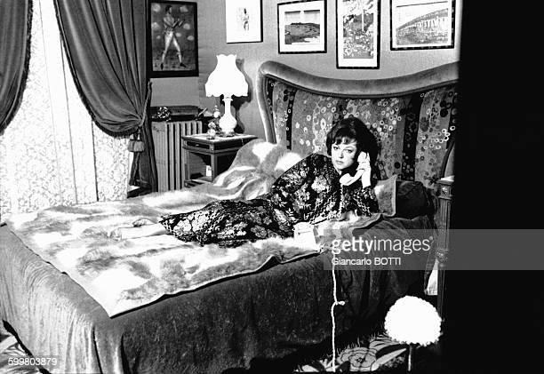 La chanteuse Régine pose chez elle en 1968 en France